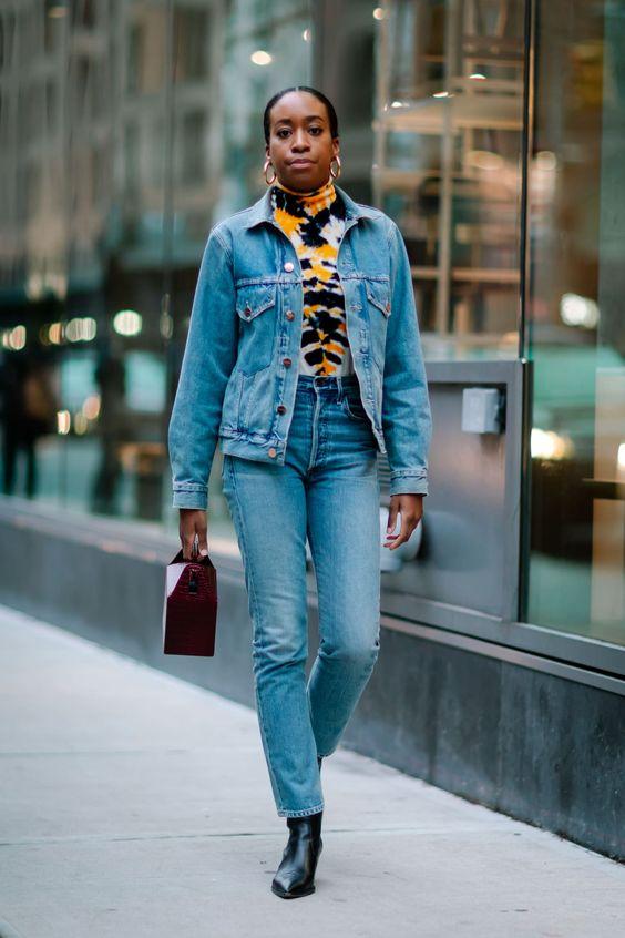 tie-dye e jeans com jeans