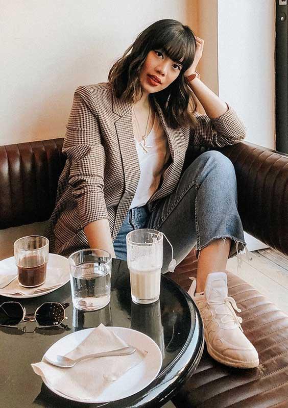blazer xadrez, blusa branca e calça jeans