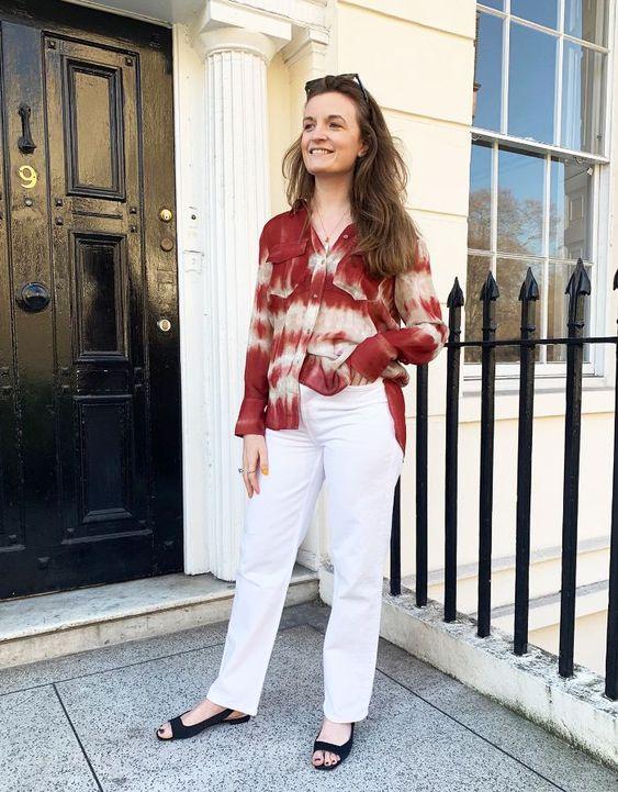 blusa tie-dye e calça branca