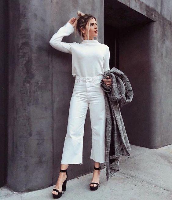 blusa de gola alta e calça cropped