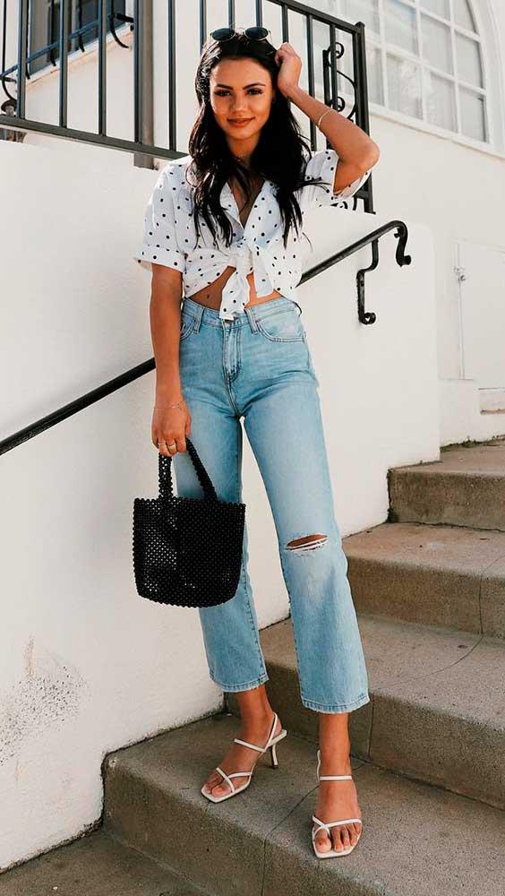 blusa branca de nozinho e calça jeans