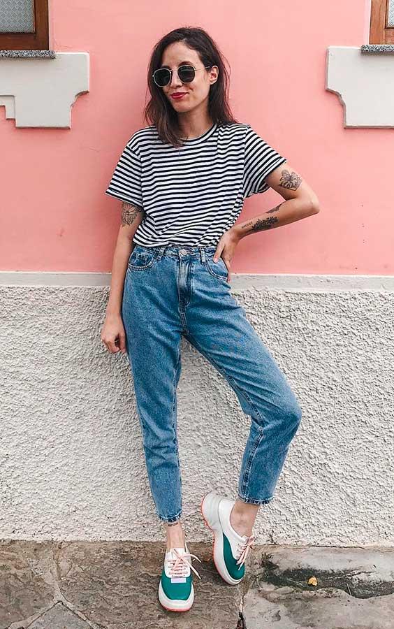 t-shirt listrada e calça jeans