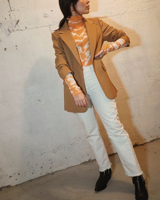 blusa tie-dye com blazer