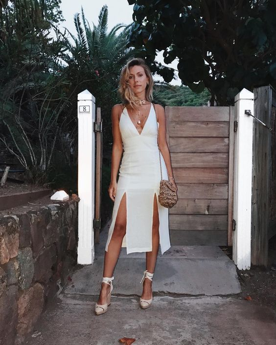 look total white com vestido de fenda