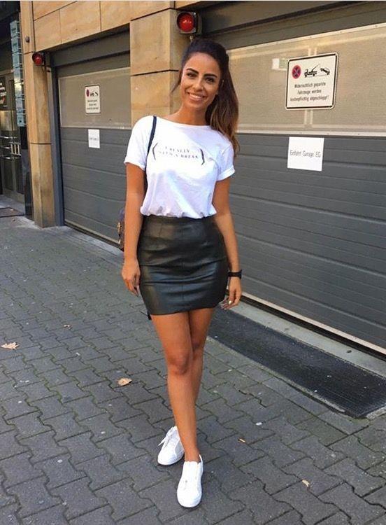 blusa branca e calça de couro