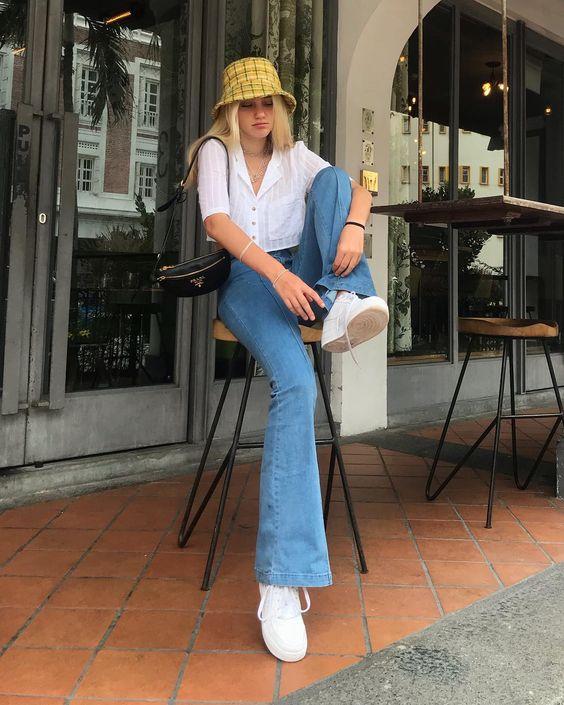 bucket hat xadrez, camisa branca e calça jeans