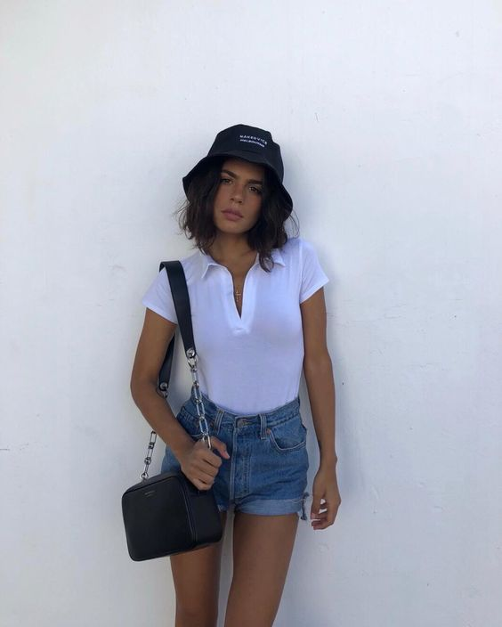 blusa branca, bucket hat e short jeans