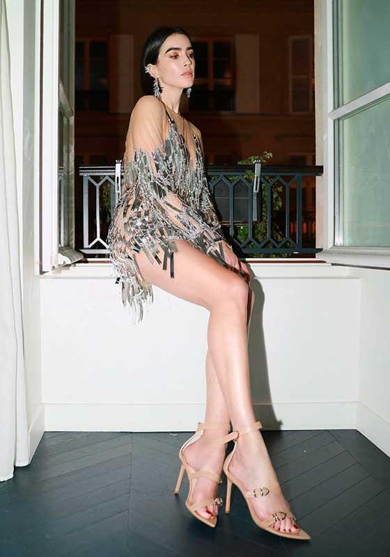 Vestido metalizado e sandália nude