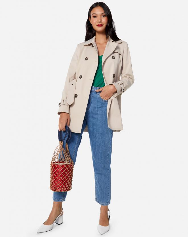 calça jeans e bolsa vermelha