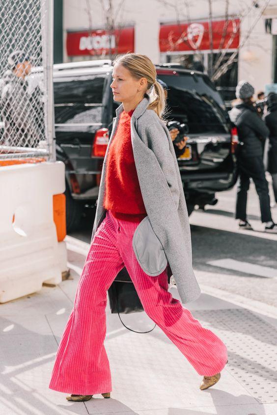 calça rosa e maxi casaco cinza