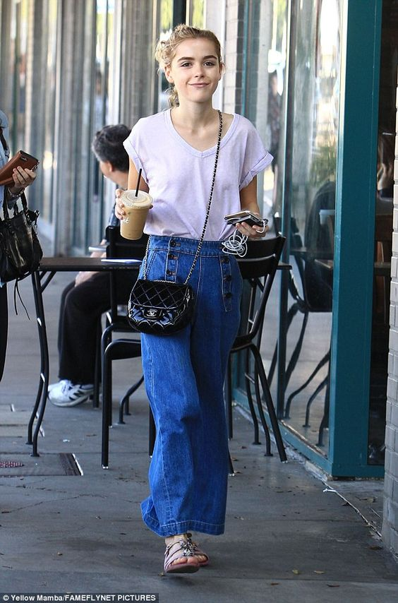 T-shirt branca e calça jeans whide leg