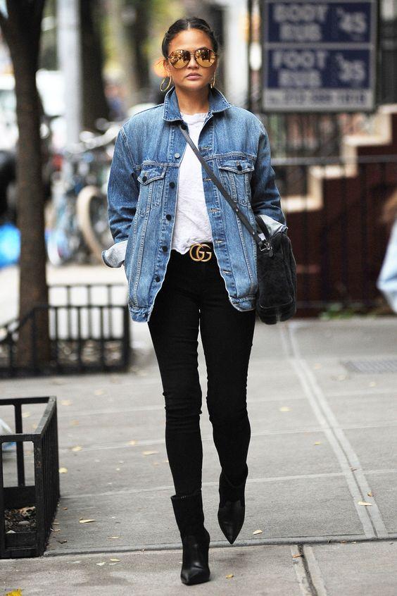 Chrissy Teigen com jaqueta jeans