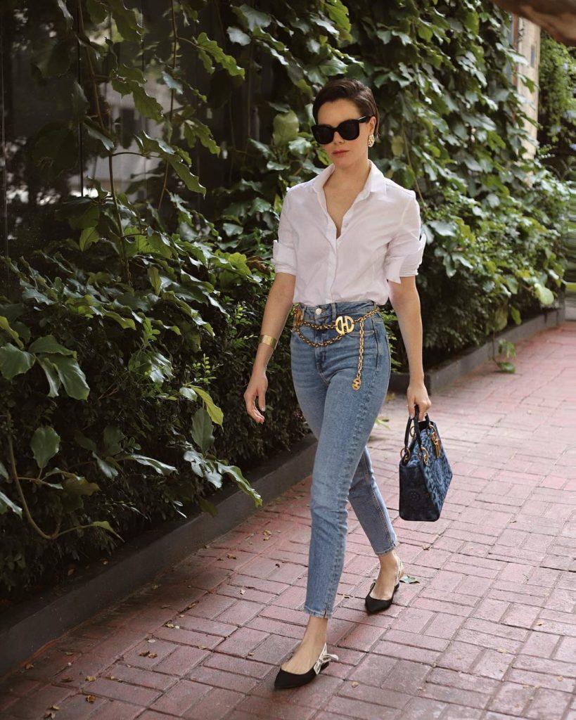 camisa branca com cinto de corrente  e calça jeans