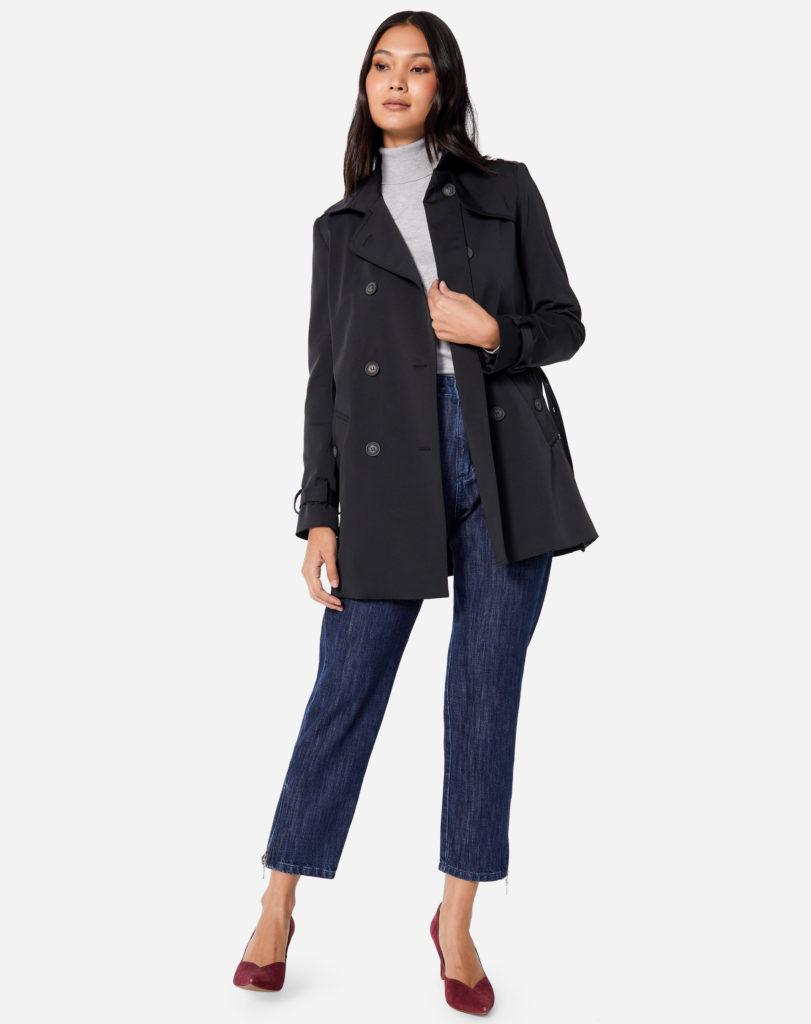 trench coat com suéter cinza