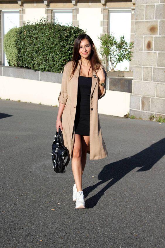 trench coat com vestido e tênis