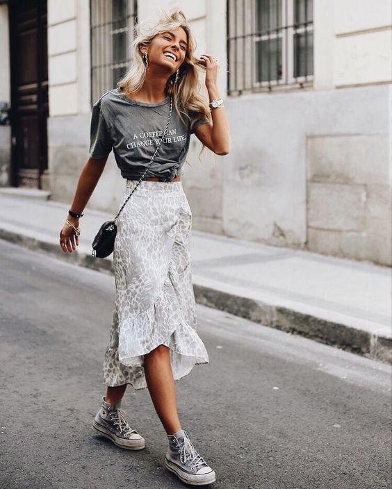 blusa cinza e saia midi branca