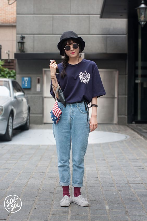 bucket hat preto, blusa azul marinho e mom jeans