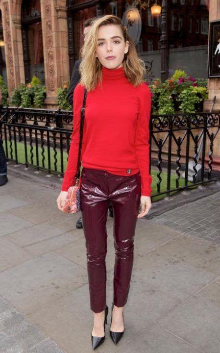 Suéter vermelho e calça de vinil