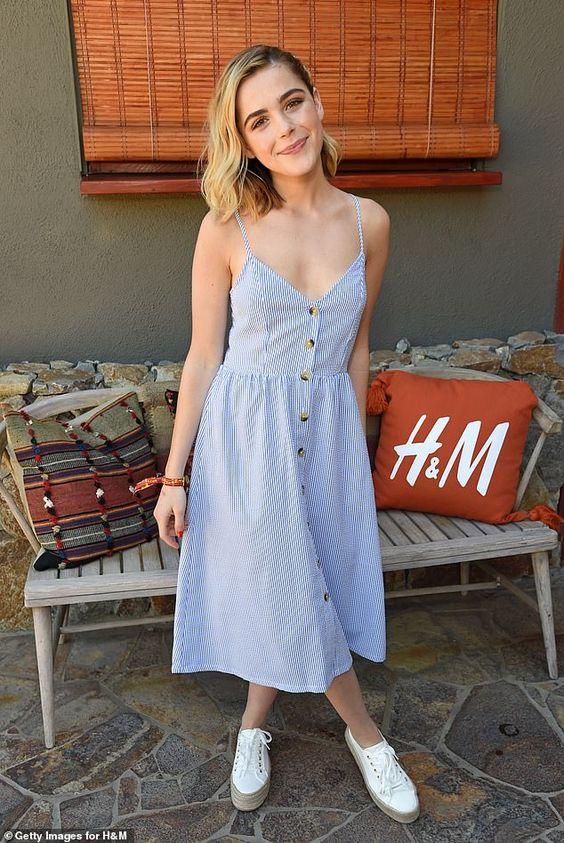 Kiernan Brennan com vestido azul