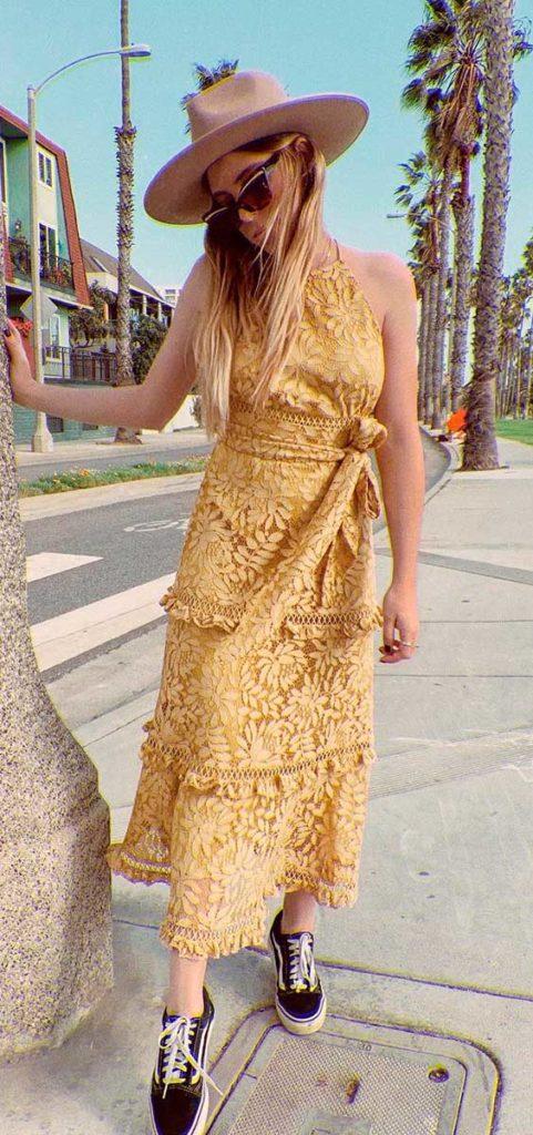 Chapéu fedora e vestido amarelo