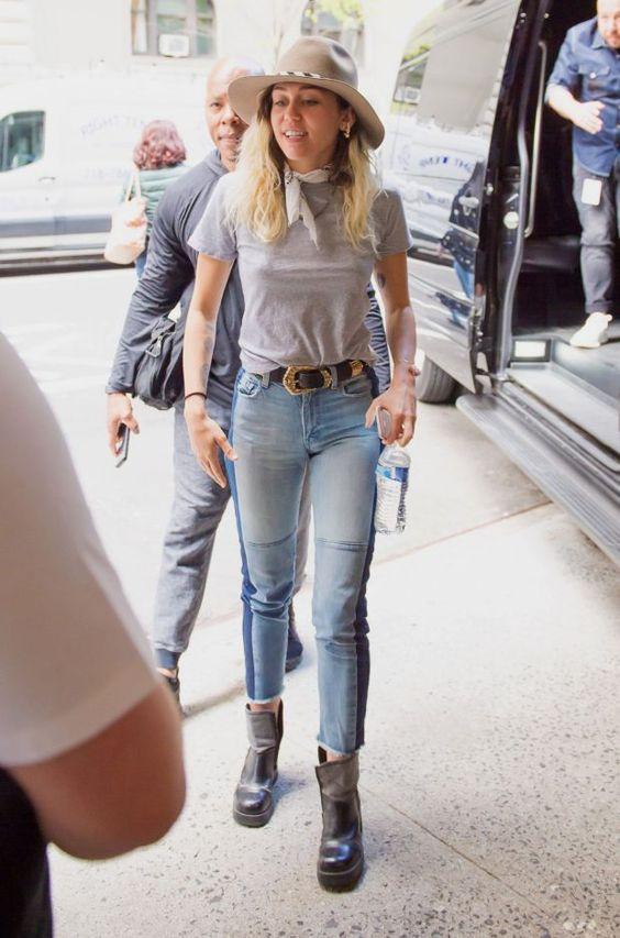 blusa cinza e calça jeans bicolor