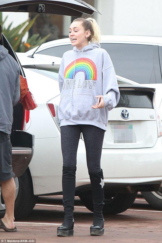 Miley Cyrus, moletom de arco-íris