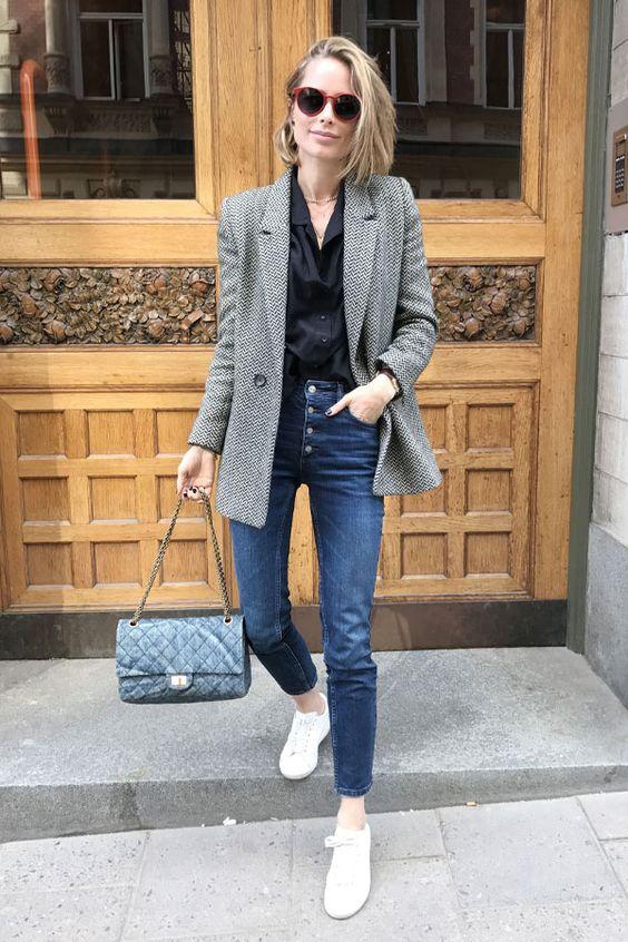 blazer cinza e calça jeans