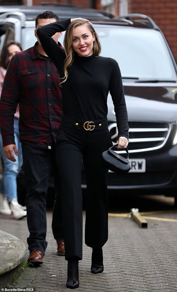 Miley Cyrus look all black