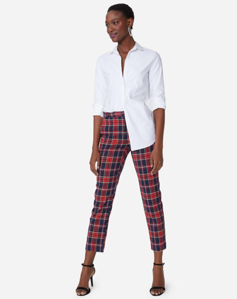 camisa branca e calça xadrez