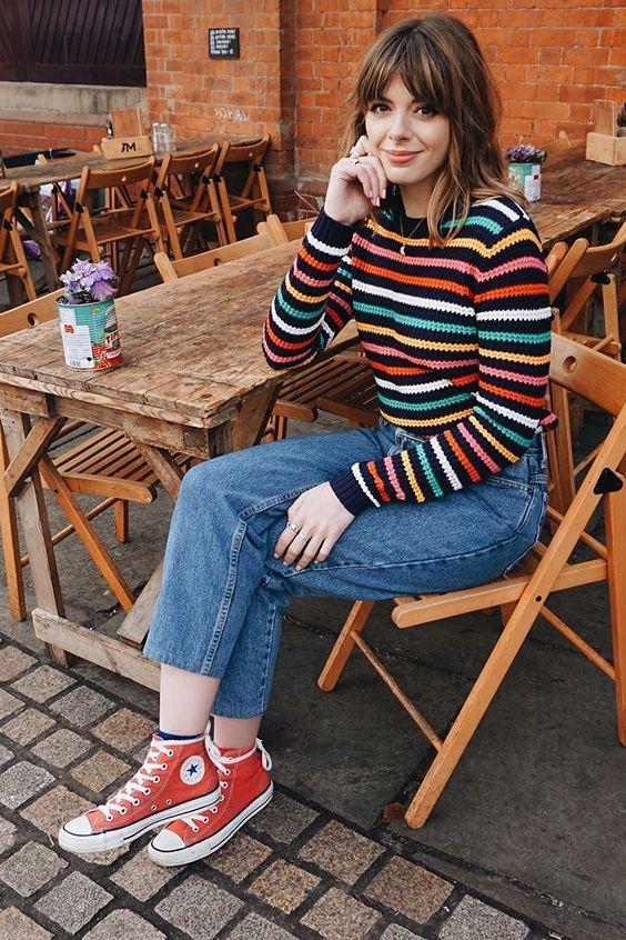 camisa colorida listrada e calça jeans