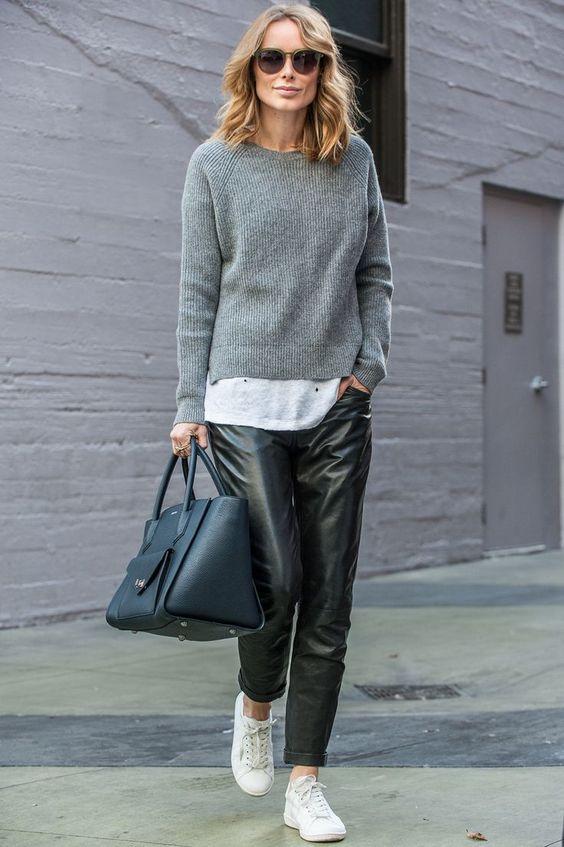 Look de inverno com suéter cinza e calça de couro