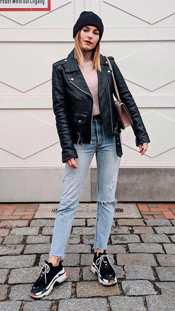 jaqueta de couro e calça jeans