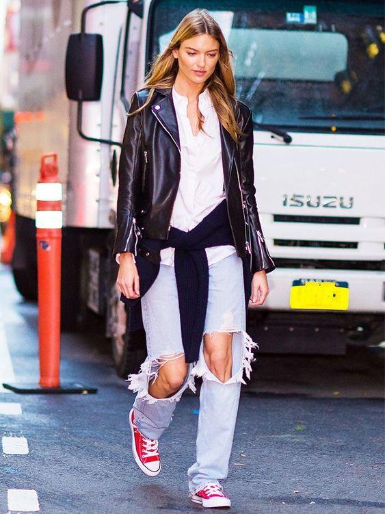 jaqueta de couro e jeans destoryed