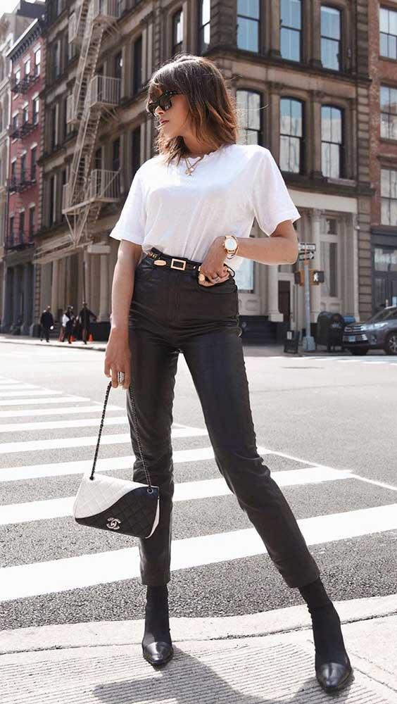blusa branca e calça preta