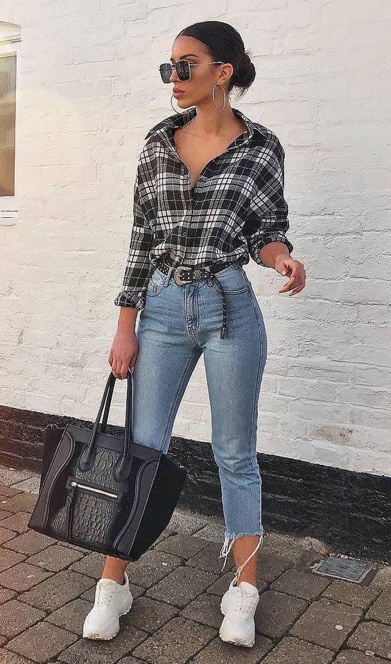 camisa xadrez e calça jeans de cintura alta