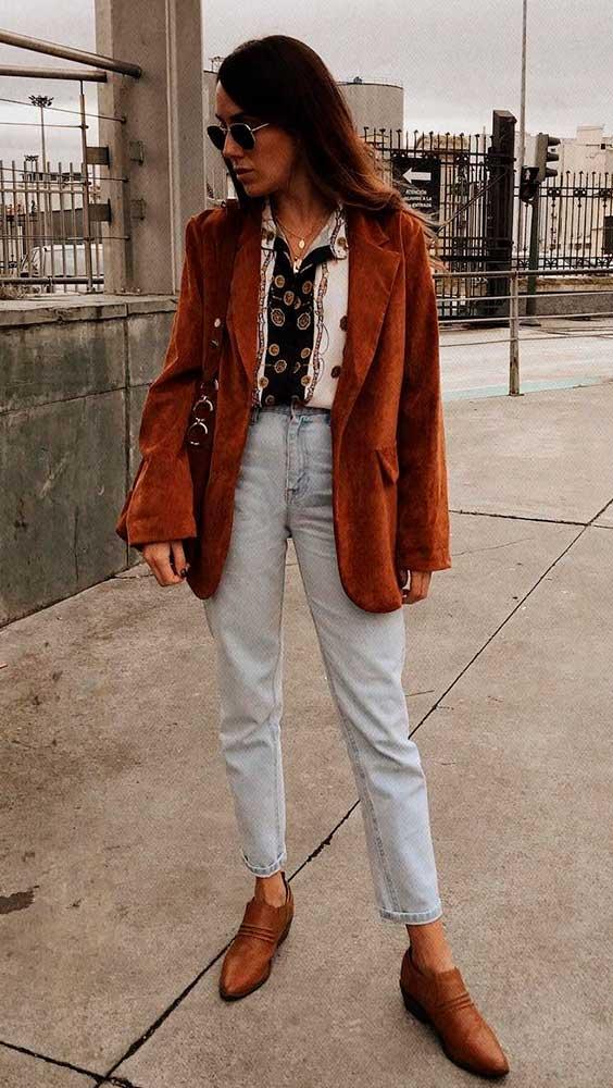 blazer de camurça e calça jeans