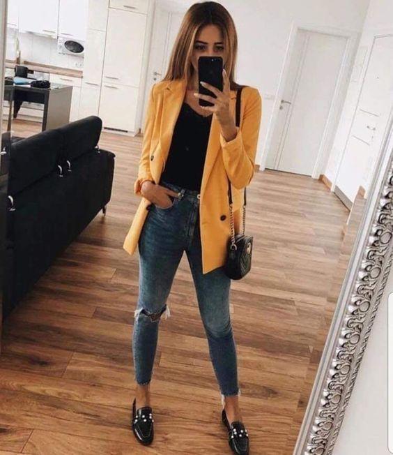 blazer amarelo e calça jeans
