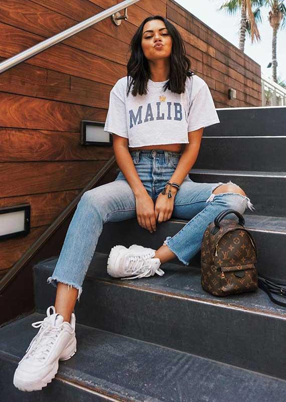cropped branco e calça jeans