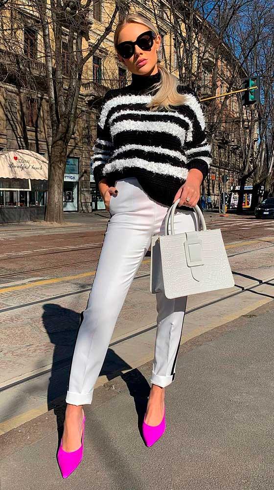 Look chique com calça branca e suéter listrado