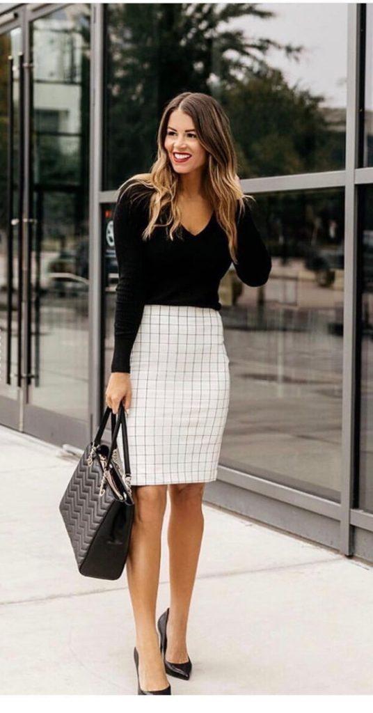 blusa preta e saia lápis xadrez