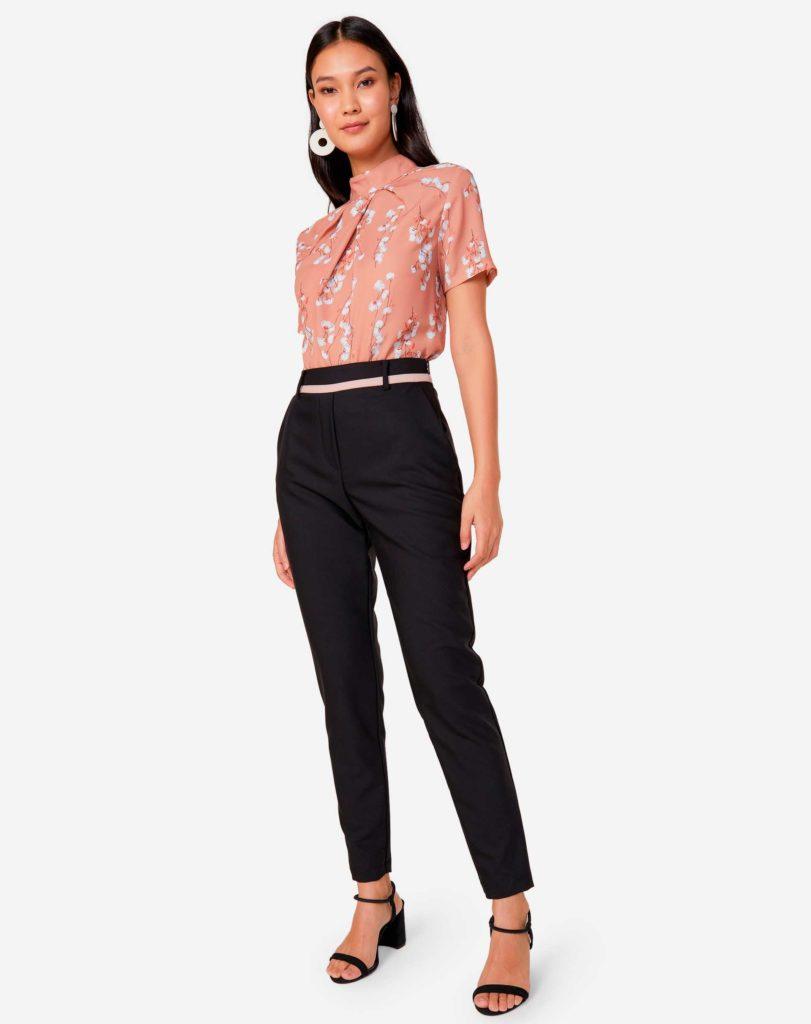 blusa rosa e calça preta