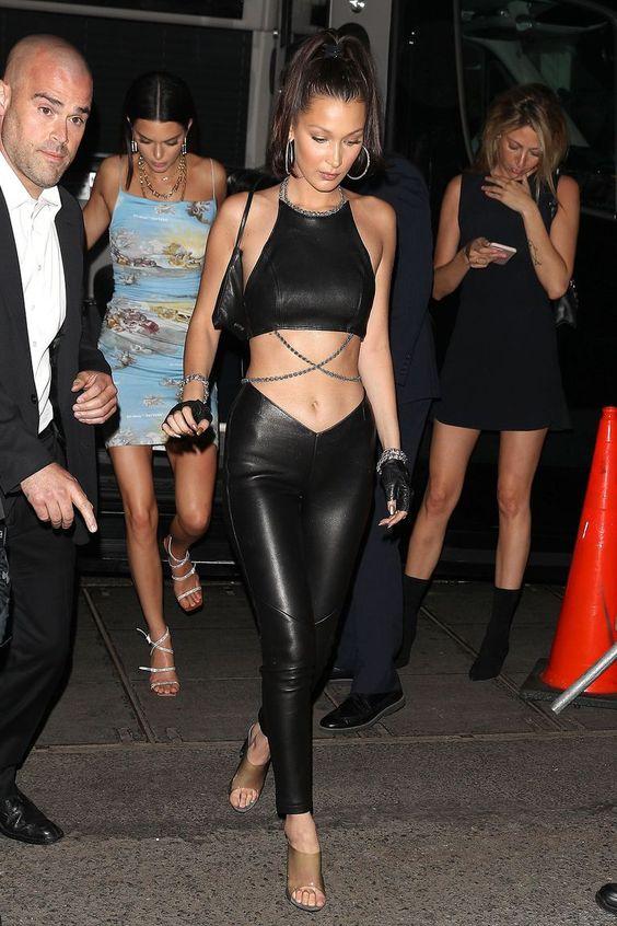 Bella Hadid com conjuntinho de couro all black