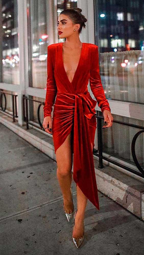 vestido drapeado de veludo vermelho