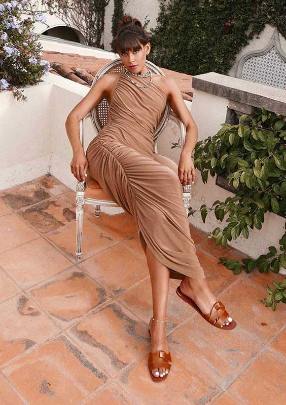 vestido drapeado com rasteirinha