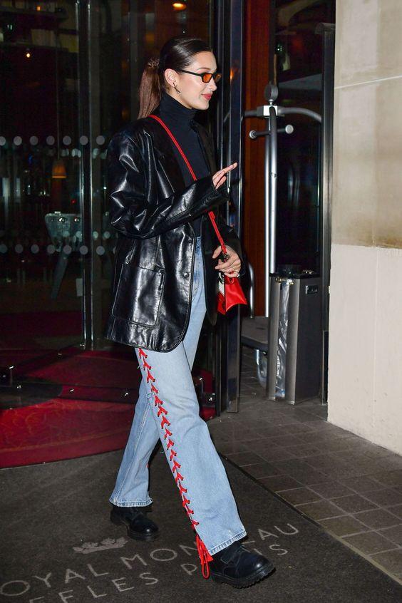 Bella Hadid com jaqueta de couro e calça wide leg