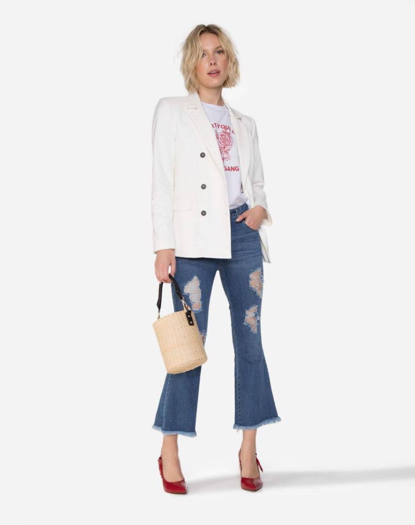 blazer branco e calça jeans desfiada