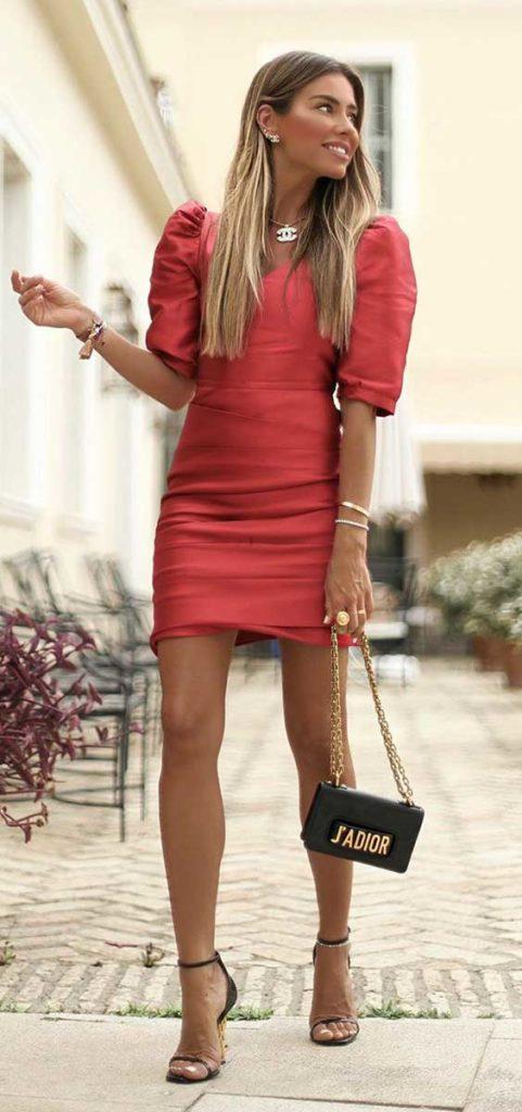 vestido vermelho com mangas bufantes