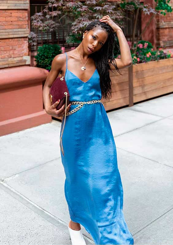 slip dress azul com cinto dourado