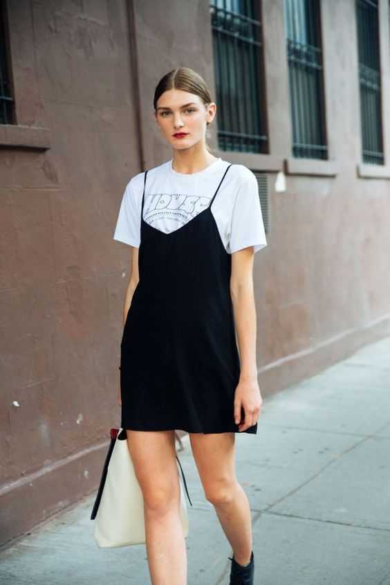 t-shirt branca e slip dress