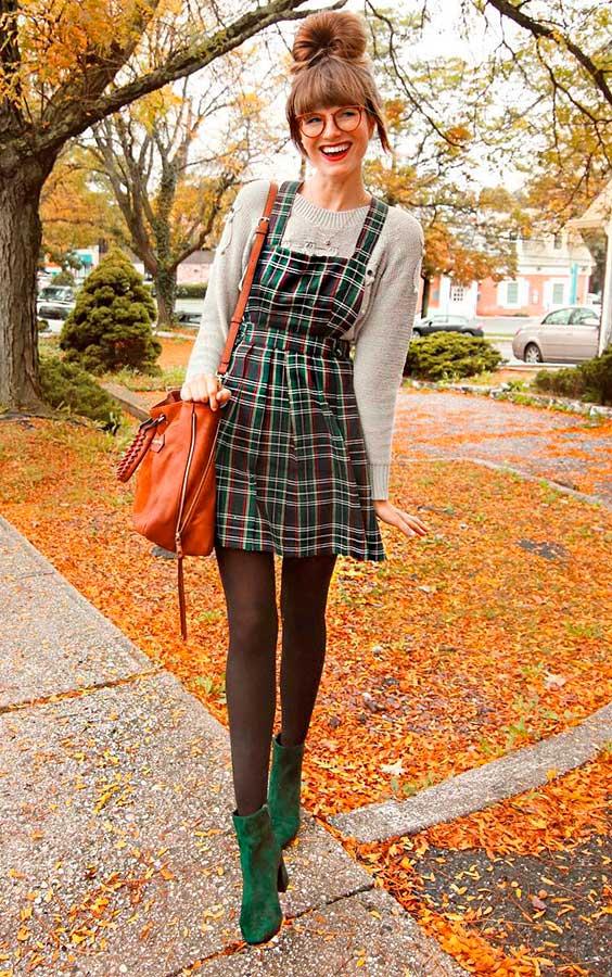 jardineira sobrepondo suéter cinza